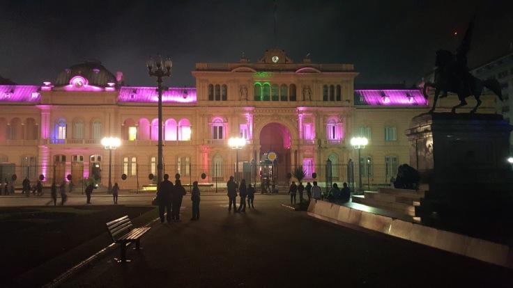 casa rosada a noite