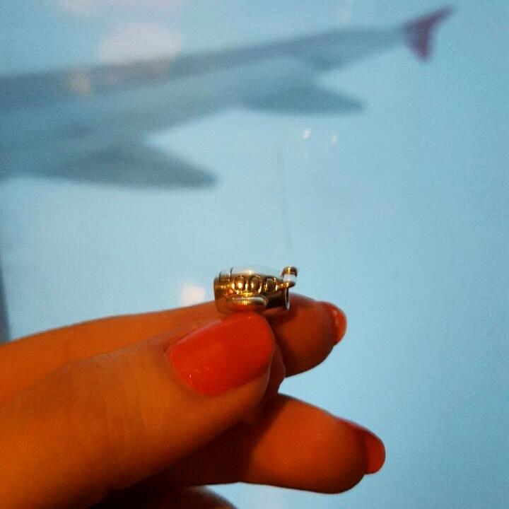 Brincando com o charm da Pandora durante o vôo.
