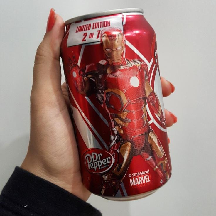 Dr. Pepper, é como se fosse uma rival da Coca-Cola e da Pepsi, mas tem um leve gosto de cereja ou xarope, como diz os meus amigos que odeiam a Dr Pepper, eu gosto <3 E PS. O QUE É ESSA EDIÇÃO LIMITADA DOS VINGADORES BRASIL???