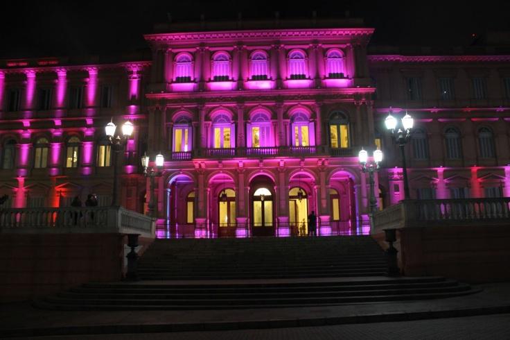 casa rosada iluminada